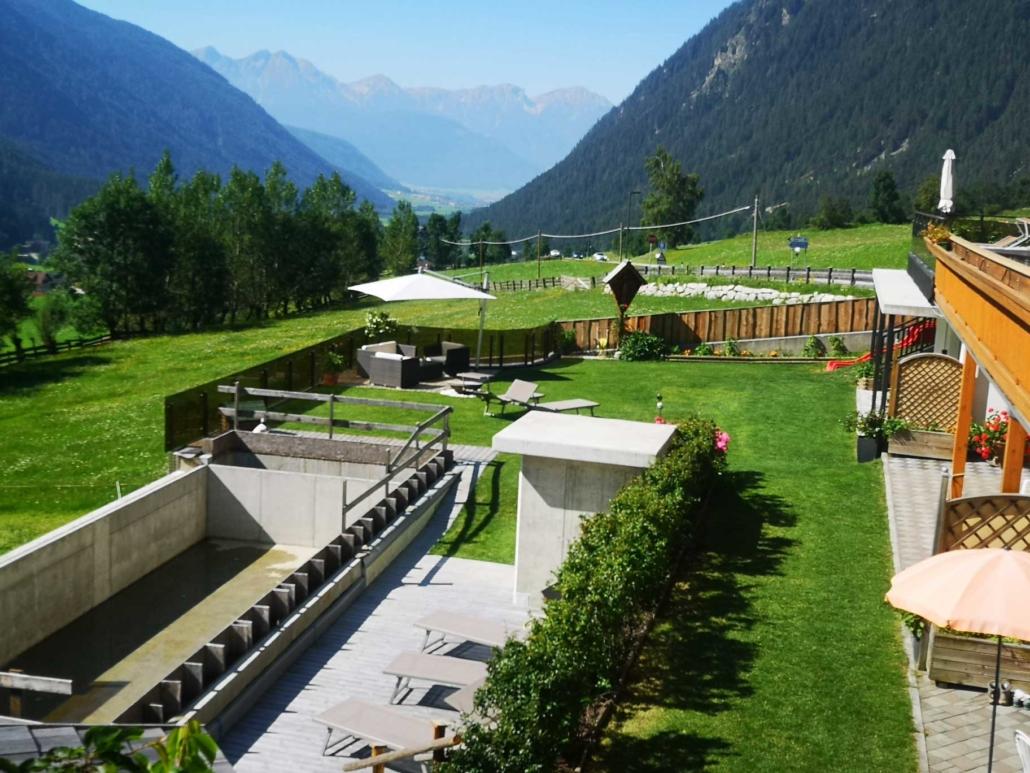 Talblick mit Pool und Garten
